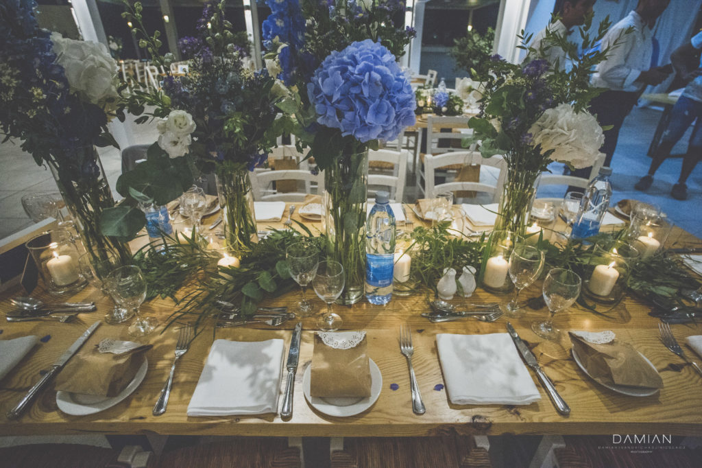 Table decoration with flowers and favors