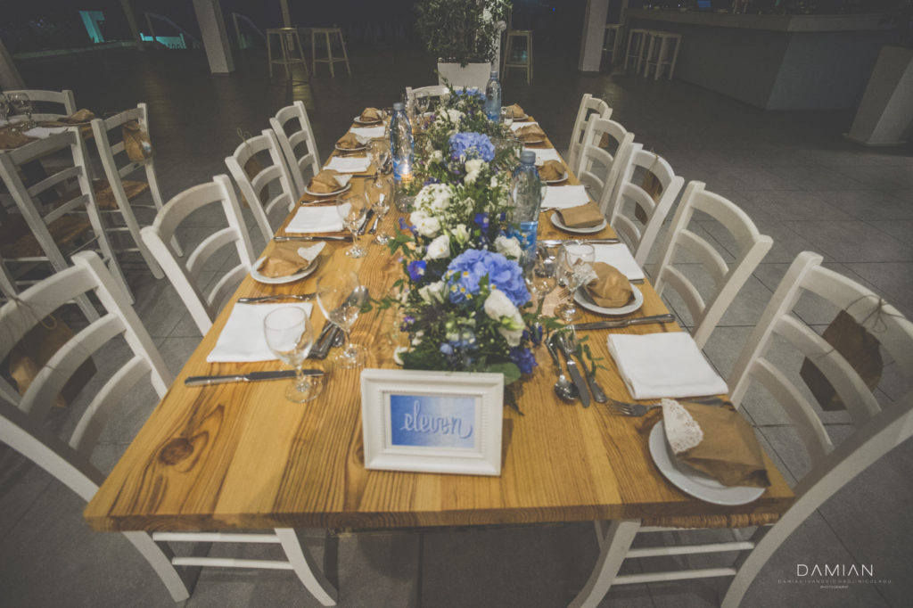 Blue and white colors for this summer wedding theme