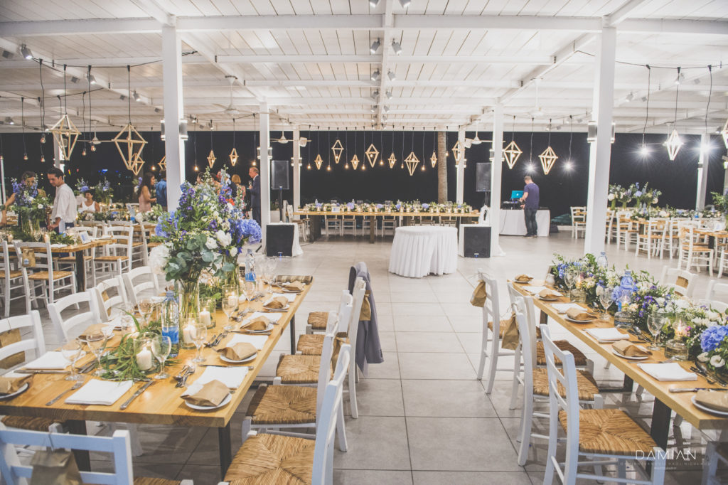 Blue and white colors for the wedding's venue decoration